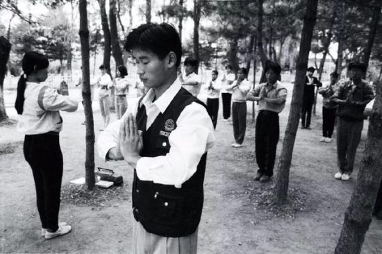 1993年,校园里练气功的学生。
