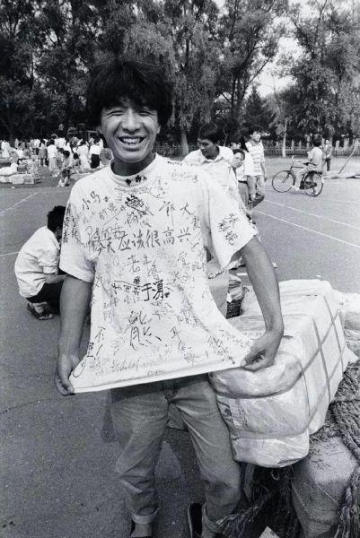 1994年,毕业的时候,同学们会买一件白色的T恤衫请大家签名留作纪念。