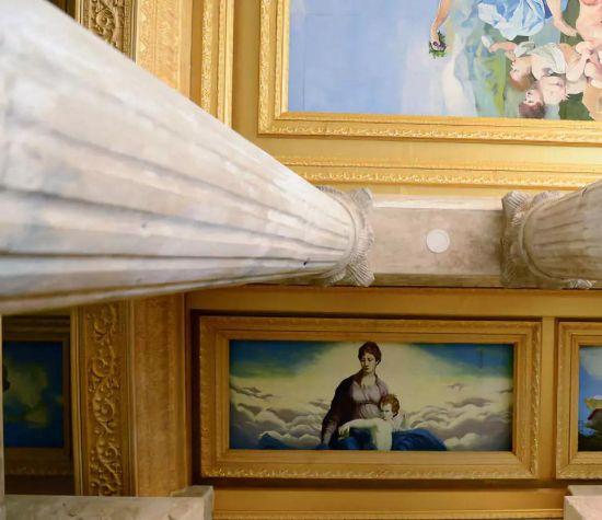 城堡一楼大厅穹顶绘满了西方古典风情的油画