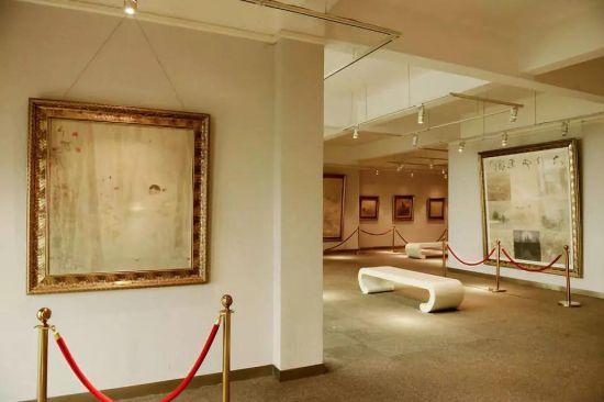 美院院长博物馆内陈列着院长本人不同时期的画作及收藏品。油画、国画、古器皿等摆满了两层楼。