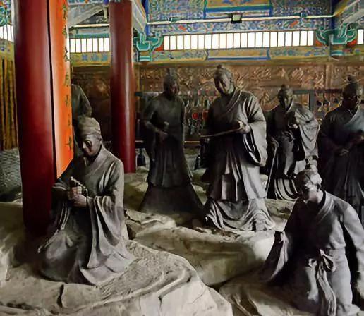 大成庙内孔子及其弟子的雕塑群像