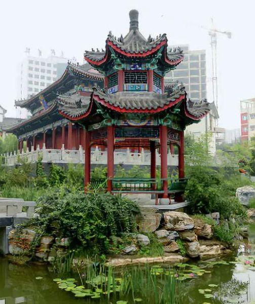 河北美院分为南北两个校区,北校区以中国古典建 筑为特征,庭院阁楼遥相呼应