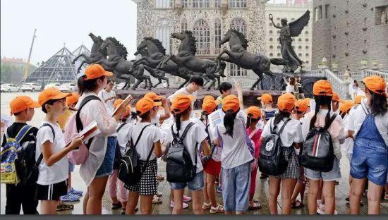 8月13日,一所小学组织学生们到美院参观游玩。学生手握画册,观察校园的建筑然后在画册上一一勾选出相对应的景点图。