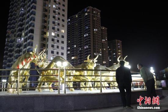 资料图:燕郊一小区,晚上九点后小区的灯光依然稀稀拉拉。 中新社记者 张浩 摄