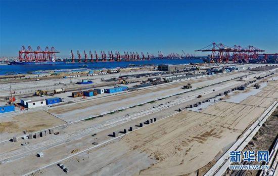 这是建设中的唐山港京唐港区智慧集装箱码头(10月8日无人机拍摄)。目前,河北省首个全自动集装箱码头――唐山港京唐港区智慧集装箱码头项目正在加紧建设。据介绍,该项目码头岸线长945米,堆场面积50万平方米。项目于今年1月开工,计划总投资18.94亿元,主要建设一个7万吨级和两个3万吨级多用途泊位,设计年通过能力120万标箱。项目建成投运后将成为继厦门远海、青岛港、上海洋山港之后我国第四个全自动化集装箱码头。新华社记者 杨世尧 摄 图片来源:新华网