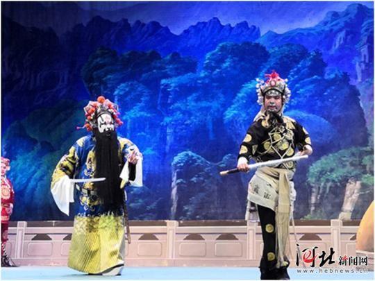 10月10日晚,由保定老调剧团带来的经典传统剧目《忠烈千秋》亮相石家庄铁道大学大礼堂。 图为演出剧照。 记者王萌摄