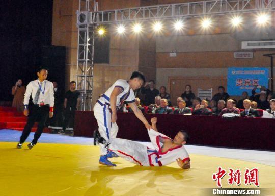 中国保定选手刘潇扬(蓝方)将日本选手摔倒在地。 吕子豪 摄