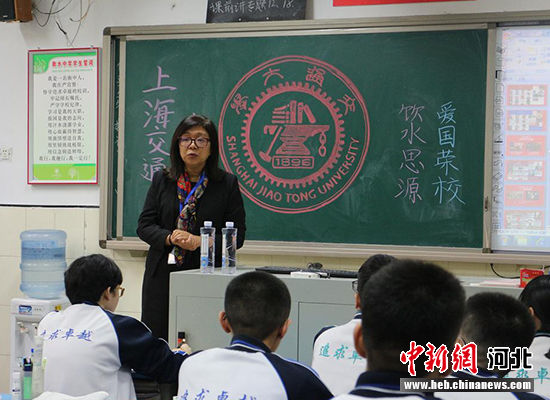 高校代表给学生们宣讲。 王鹏摄