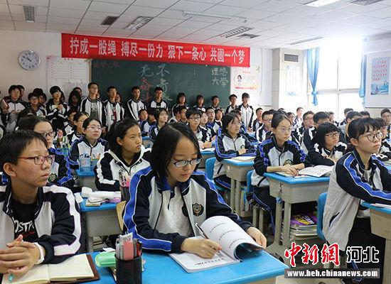 学生们聆听高校老师的宣讲。 王鹏摄