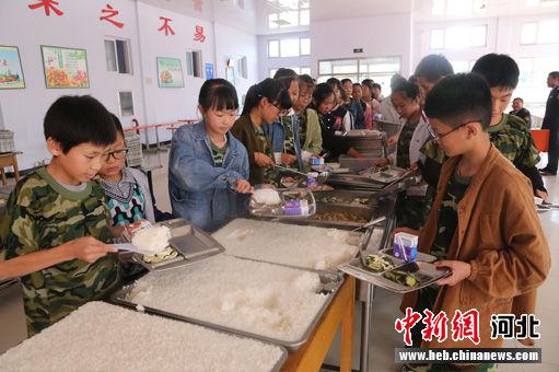 隆化县韩麻营中学学生自助营养餐。 丁海东 摄