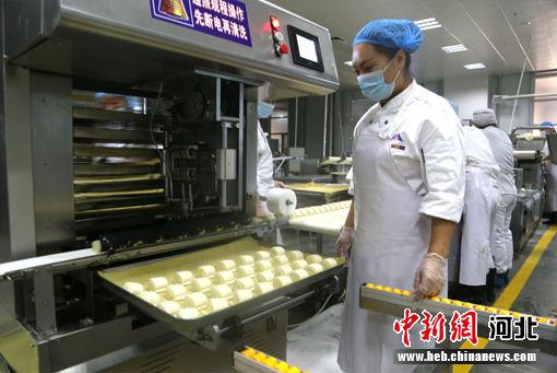 配餐公司糕点生产车间。 丁海东 摄