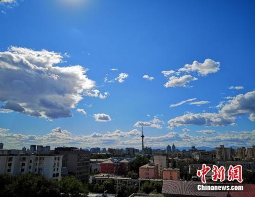 资料图:9月3日,北京地区大气能见度较好,蓝天白天展现初秋景象。阚枫 摄