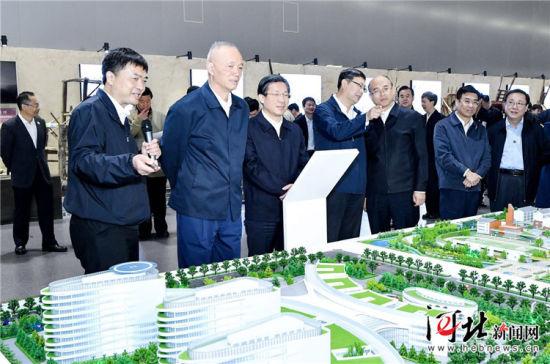 10月15日,北京市党政代表团到雄安新区考察。中共中央政治局委员、北京市委书记蔡奇,市委副书记、市长陈吉宁与省委书记、省人大常委会主任王东峰,省委副书记、省长许勤等参加活动。这是北京市党政代表团在雄安市民服务中心考察雄安城市展示中心,听取雄安新区规划建设情况汇报。 记者赵威摄