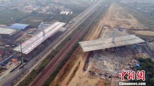 矮塔斜拉索转体桥跨越京广铁路,采用三跨矮塔斜拉桥形式,总长302m。 张鹏翔 摄