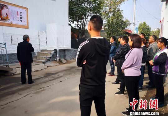 图为村民参观孝贤文化街。 李洋 摄
