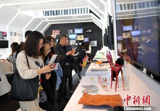 图为民众参观工业设计创新成果展。 韩冰 摄