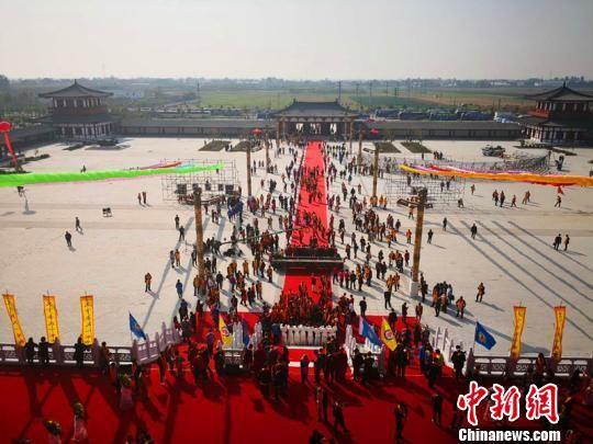 来自海内外的88个代表团、1268名李氏宗在隆尧县李氏文化广场寻根祭祖。 马健 摄