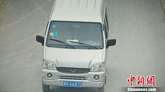 图为犯罪嫌疑人驾驶车辆照片。警方供图