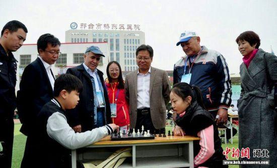 国际象棋大师在观看学生对弈。张鹏翔摄