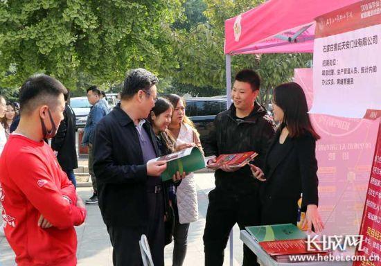 該校往屆畢業生(右二)返回母校選聘英才。供圖:武文臨