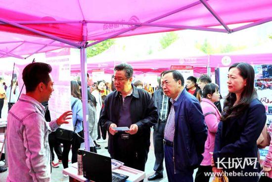 学院党政领导在招聘会现场与用人单位交流。供图:武文临