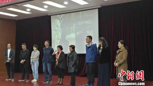 图为陈超的学生追忆了老师生前往事。 陈林 摄