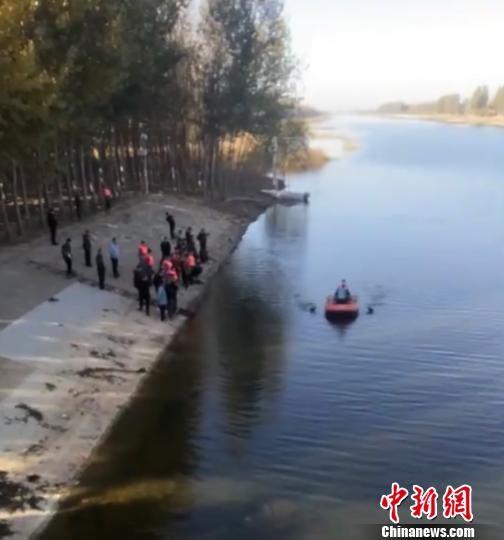 图为事发水域救援人员正在现场打捞。 钟欣 摄