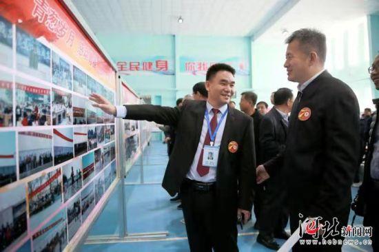 10月28日,平乡县第一中学举行70周年校庆。图为校友参观摄影展。 通讯员柴更利摄