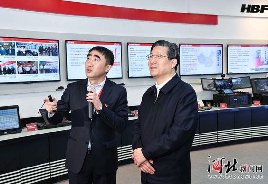10月30日上午,省委书记、省人大常委会主任王东峰在石家庄市调研检查。这是王东峰到河北远东通信系统工程有限公司考察,详细了解企业科技创新情况。 记者赵威摄