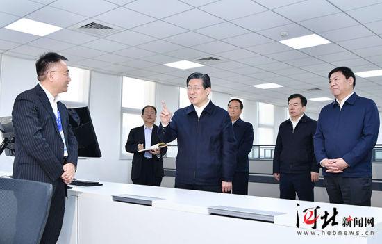 10月30日上午,省委书记、省人大常委会主任王东峰在石家庄市调研检查。这是王东峰到河北神�h软件科技股份有限公司考察,详细了解企业生产经营和科技创新情况。 记者赵威摄