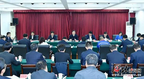 10月30日上午,省委书记、省人大常委会主任王东峰在石家庄市调研检查。这是王东峰主持召开座谈会,对进一步支持服务民营经济发展提出要求。 记者赵威摄