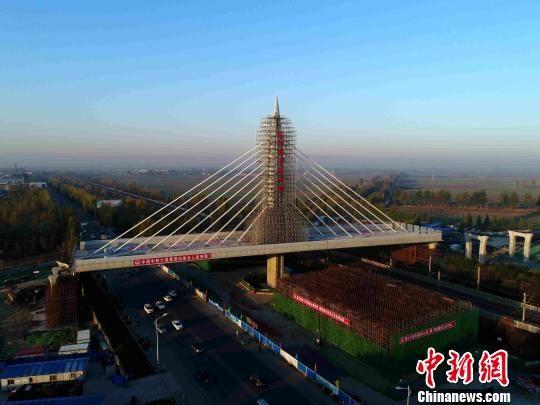 位于保定市徐水区南外环上跨京广铁路转体桥转体就位 周青 摄
