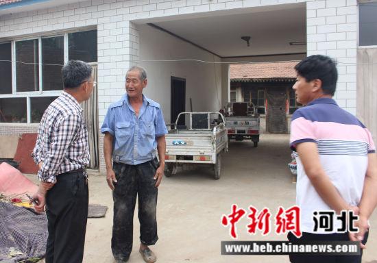 图为固安县农广校帮扶工作组走访贫困户吕国同家并协助办理了门诊特殊疾病专用证。 刘文波 摄