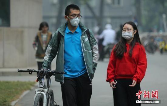 资料图:北京民众戴口罩防护出行。中新社记者 杨可佳 摄