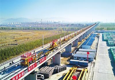 11月1日,中铁三局的工人在京张高铁怀来段铺轨现场工作。(无人机拍摄) 新华社发
