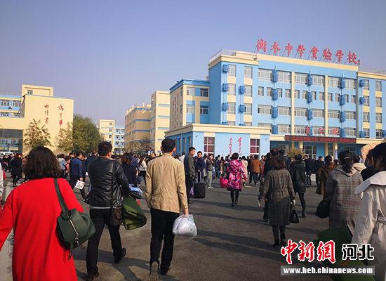 培训会结束后,家长们正在赶往教学楼参加班级家长会。