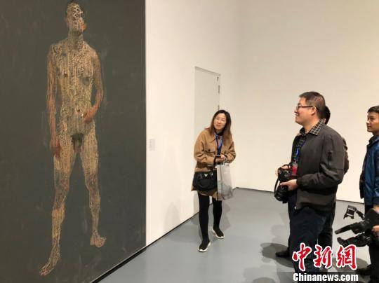 图为廊坊市民参观中央美院美术馆藏品展。 宋敏涛 摄