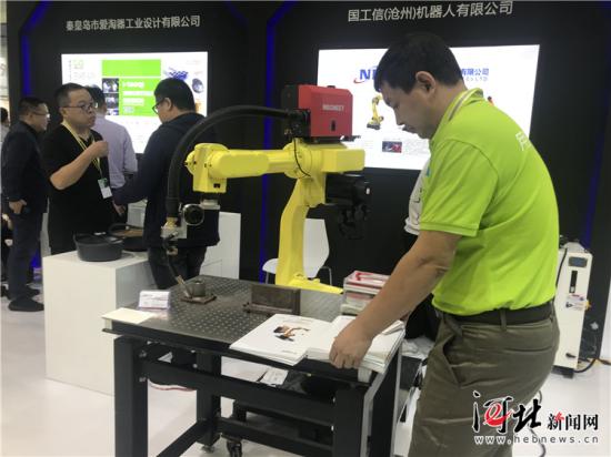 11月5日,深圳国际工业设计大展上,国工信(沧州)机器人有限公司展示的六关节运动机器人手臂。 记者米彦泽摄