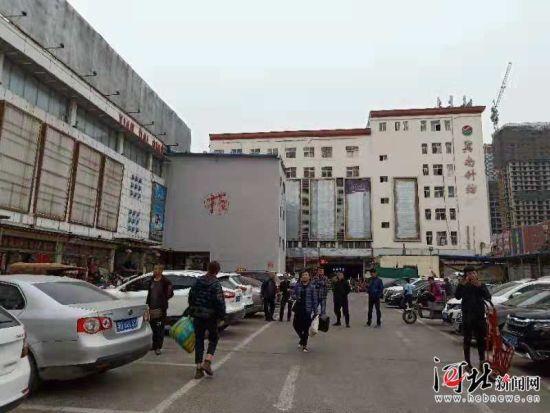 11月5日,邯郸市邯山区政府召开新闻发布会,宣布邯郸现代轻纺城和冀南针纺城停用。图为冀南针纺城。 记者乔宾娟摄