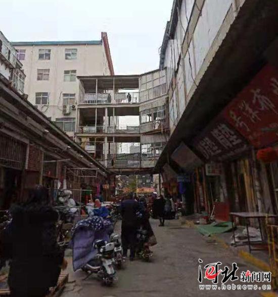 11月5日,邯郸市邯山区政府召开新闻发布会,宣布邯郸现代轻纺城和冀南针纺城停用。图为两大市场现状。 记者乔宾娟摄