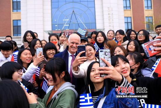 图为希腊前总理乔治・帕潘德里欧与燕京理工学院学生互动。 李家曾 摄
