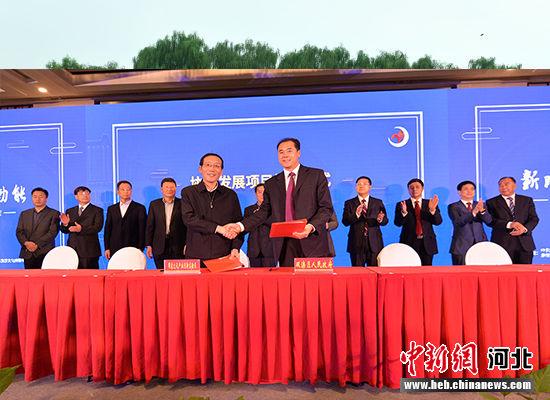 双滦区政府区长王贺民与企业代表签约。 张桂芹 摄