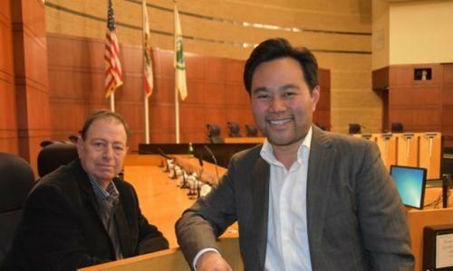 尔湾市议会首位当选的华裔议员郭正明(右)。(图片来源:美国侨报记者 尚颖 摄)