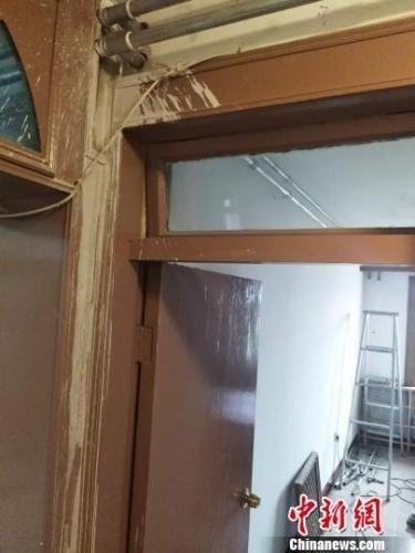"""室内""""串改并""""施工过后,墙面上留下难以擦洗的痕迹 王天译 摄"""