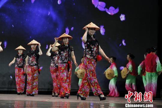 图为老年人们登上舞台表演。石家庄常春藤老年教育机构提供