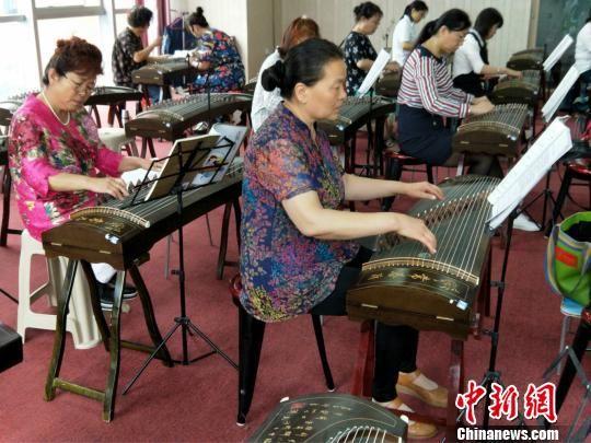 """图为""""常春藤""""的古筝教室。石家庄常春藤老年教育机构提供"""