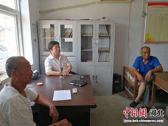 与贫困户座谈。 枣强县教育体育局供图