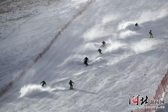 11月17日至18日,北京1031滑雪俱乐部举办2018/2019滑雪季开板大会。图为无人机空中拍摄的滑雪场面。 1031俱乐部供图