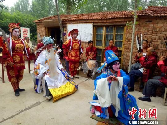 河北省非物质文化遗产临西乱弹。 郭红玉 摄