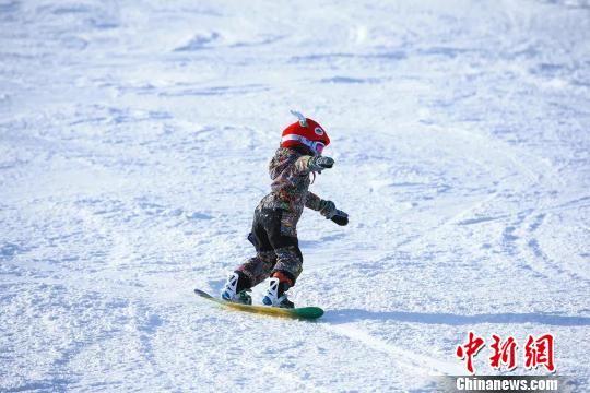 图为在崇礼享受冰雪运动的孩子。崇礼区委宣传部提供